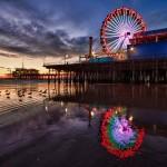 Plac. 1. Santa Monica Pier  - Peter Fallberg. Bra komposition, välbalanserad, mycket färgprakt. Man vill gå dit och fotografera själv. Pariserhjulets reflektion i vattnet tillför det där lilla extra i bilden.