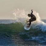 2. Surfin-Peter Fallberg. Man längtar till sommaren, sol bad och vågor. Bra fångad bild med härligt vattenstänk. Fart och action. Möjligtvis skulle huvudmotivet varit mer i gyllene snittet.