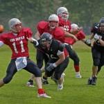 7. Kämpa-Arne Hurtig. Bra fångad bild på jakten efter en quarterback. Fina färger och bra action. Vad händer i nästa skede i bilden? Saknar kroppskontakten som oftast kommer i Amerikansk fotboll.