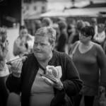 2Glupsk-Lars Parbring Rolig bild. Bra skärpeplacering. Intensitet i bilden. Man undrar vad hon tittar på vilket ger spänning i bilden. Bra gatufoto. Vems är maten ? Bilden väcker frågor, hennes placering ner mot vänstra hörnet ger henne en riktning som harmonierar med korven.