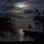 7 Månsken - 130 Målerisk landskapsvy med månens silverstänk i vattnet. Rogivande trots de något dramatiska molnen. Bra balans mellan ljusa och mörka ytor. Mycket bra komposition.