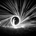 8 Eldspel – 97A En mycket grafisk och effektfull bild. Bra tänkt att göra den i svartvitt, det ökar dramatiken. Bra komposition.
