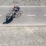 1) Cyklist-Susanne Flink.      Redan från början var denna bild med i toppstriden. Den har en naturlig gråskala som är      bra och tilltalande. Fotografen har skaffat sig en föredömlig placering. Det är en ren och      enkel bild med ett fint linjespel. Fotografen har varit mycket kreativ och gjort en tekniskt      bra bild. Varmt grattis till förstaplatsen.