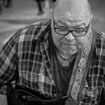 5) Bluessångare – Lasse Hallmén.     Bildens topplacering beror till stora delar på den härliga och roliga ögonkontakten mellan     fotografen och objektet. Bra att fotografen valde att göra den svartvit.