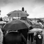 7.Paraplyträngsel – Lasse Parbring - Trångt men något rörig bild, som dock gör sig bra i svartvitt. Paraplyet i mitten lyfter bilden.