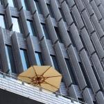 1.Fönster-Simone Magnusson. En intressant komponerad bild på en fasad där parasollen gör hela bilden. Bra färgharmoni. Ett litet minus för trekanten i nedre vänstra hörnet. Juryn var helt enig om att denna bild är vinnarbilden. GRATTIS!