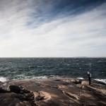 2.Fotografen och havet.Lars Parbring Fin komposition med djupet o färgerna. Skön bild som tilltalar, vidden, linjerna, färgerna, fågeln som balanserar upp fotografen! Bästa bilden! Horisonten upplevs böjd. Underbar bild av människan och elementen, vacker med fågeln. Livlig bild som Är bra komponerad.