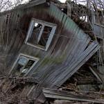 4.Förfallet hus-Lasse Hallmén. En bra bild av ett hus angripet av tidens tand. Den konkava inbuktningen på fasaden förstärker intrycket av förfall. Sikten genom fönstret ger ytterligare en dimension. Bra skärpa.