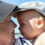 2.  Inblick Anders Hjerling              Bilden fångar värmen, kärleken och tilliten mellan (som vi tror) farmor/mormor och barnbarnet på ett intimt sätt.         Den snäva beskärningen framhäver ytterligare närheten. Mycke' bra!         En välexponerad bild med fina hudtoner. Den ljusa triangeln vid barnets öra och den vita linjen mellan läpparna stör en liten aning.