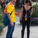 """4. Oväntat möte           Marie Eriksson       Här har fotografen påpassligt fångat ett humoristiskt möte mellan det onda och goda.      Ringer mannen med mobiltelefonen till ordningsmakten?       Kompositionen är ok. Men de blå gatuskyltarna och REA skylten vid den """"ondes"""" axel stör.       Välexponerad med fin färgskala. Vi skulle gärna sett en suddigare bakgrund."""